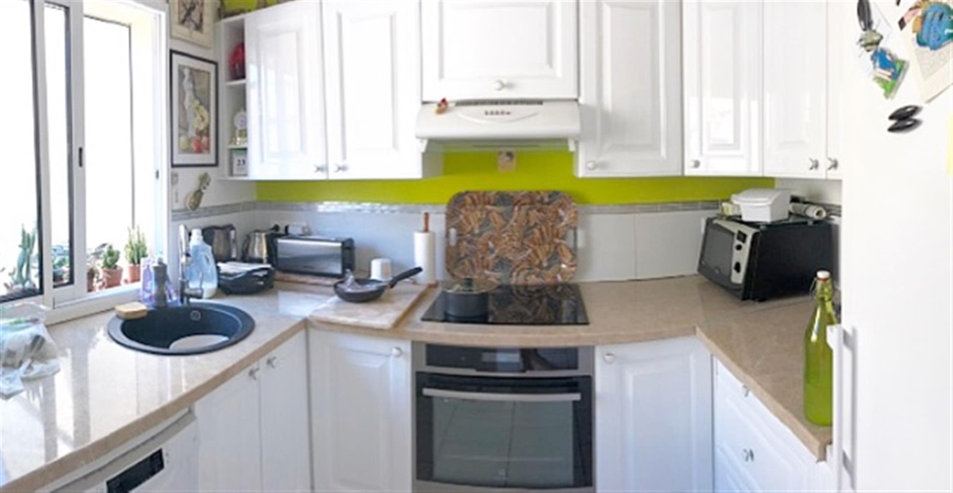 vente maison individuelle 80 m2 cour 2 garages. Black Bedroom Furniture Sets. Home Design Ideas