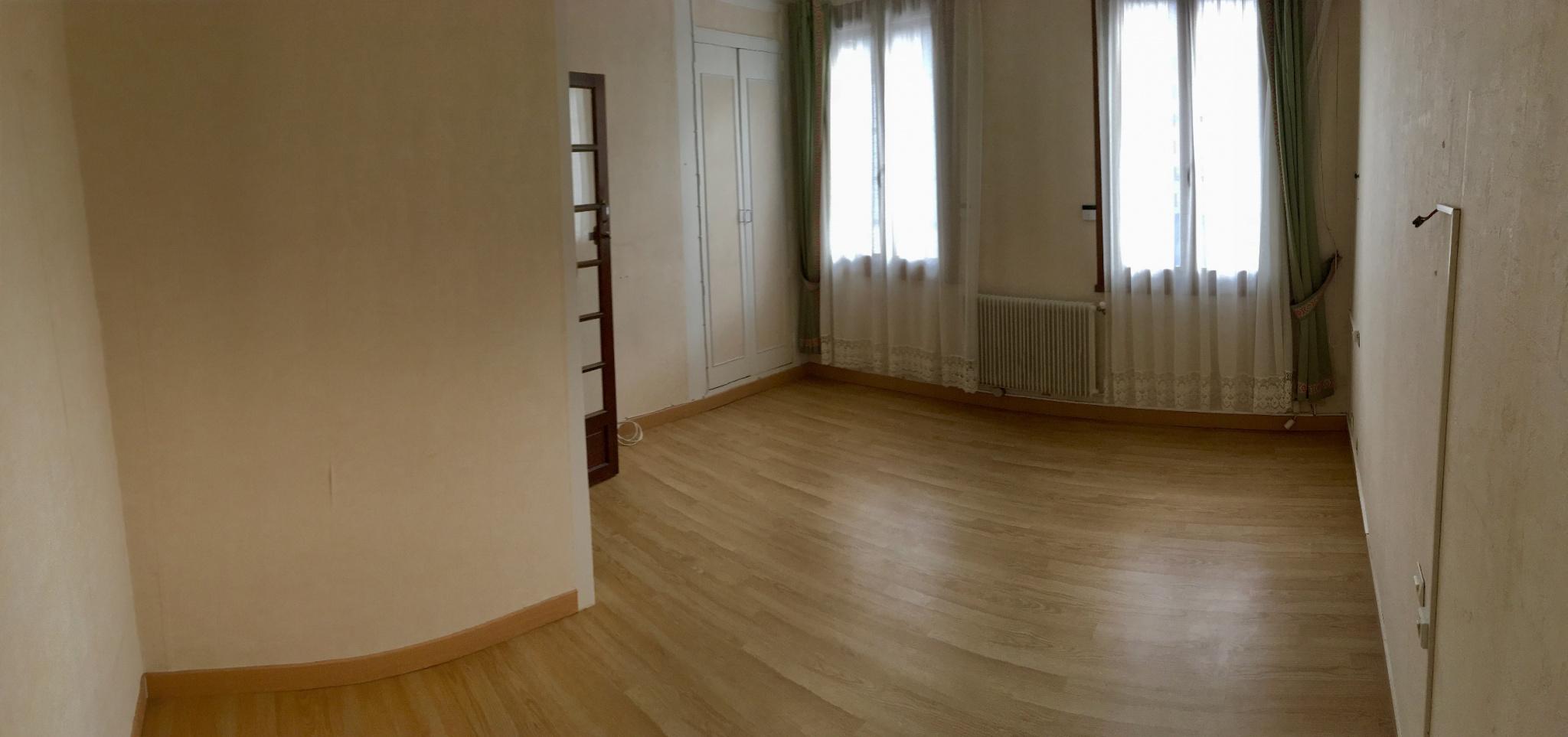 vente maison de ville 2 chambres avec garage et cour. Black Bedroom Furniture Sets. Home Design Ideas